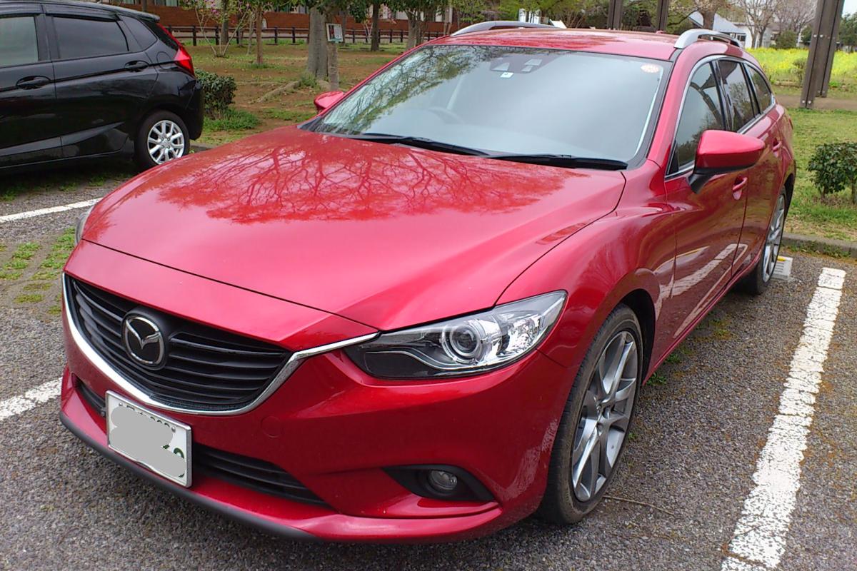 不便なマニュアル・シフトの赤いハデな車